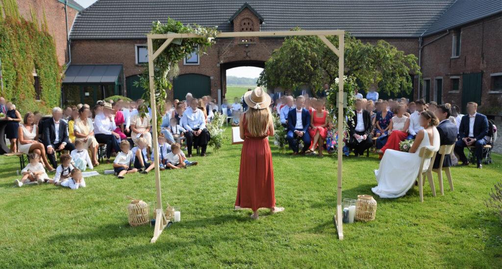 Sonorisation de la cérémonie laïque dans le jardin intérieur de la Ferme de la Hove